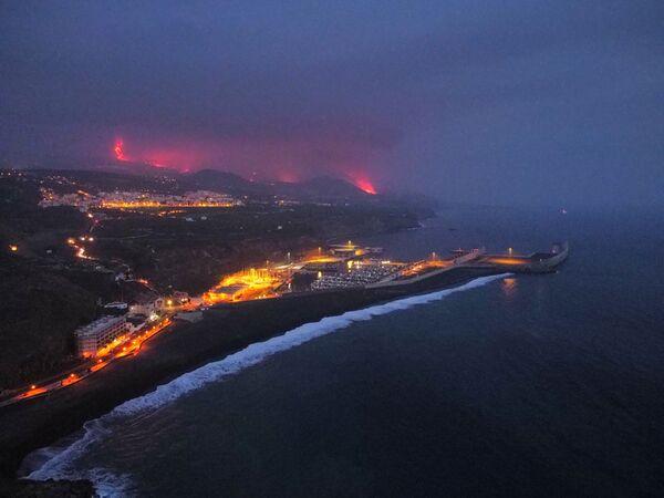 クンブレビエハ火山から溶岩が流れ出る様子 - Sputnik 日本