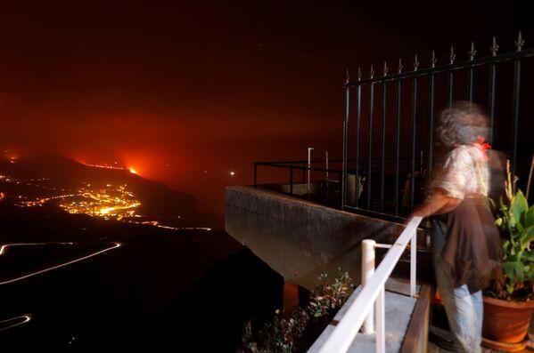クンブレビエハ火山から溶岩が流れ出る様子を眺める住民 - Sputnik 日本