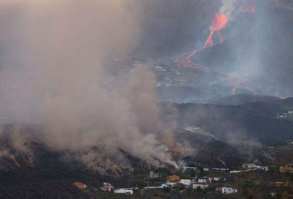 クンブレビエハ火山から立ち上る煙と流れ出る溶岩 - Sputnik 日本