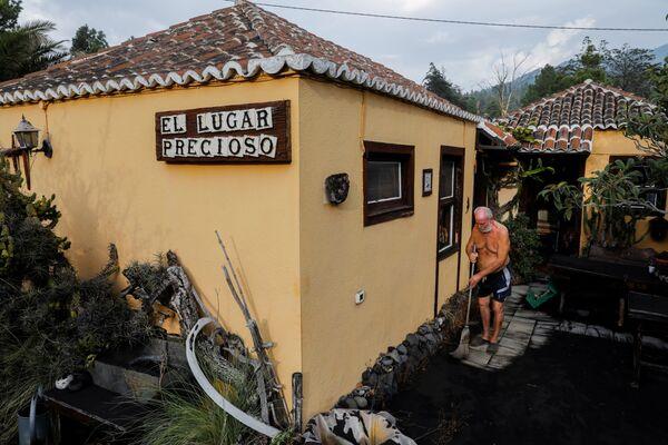 クンブレビエハ火山の噴火後、火山灰に覆われた玄関を掃除する住民 - Sputnik 日本