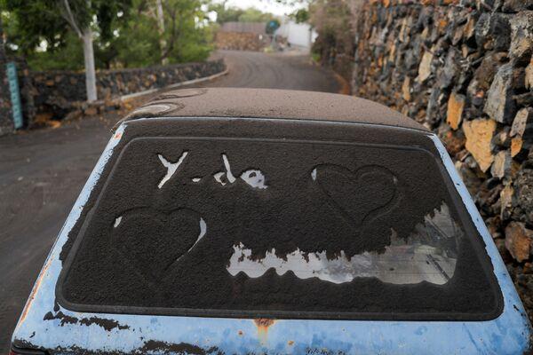 クンブレビエハ火山の噴火後、火山灰に覆われた自動車 - Sputnik 日本