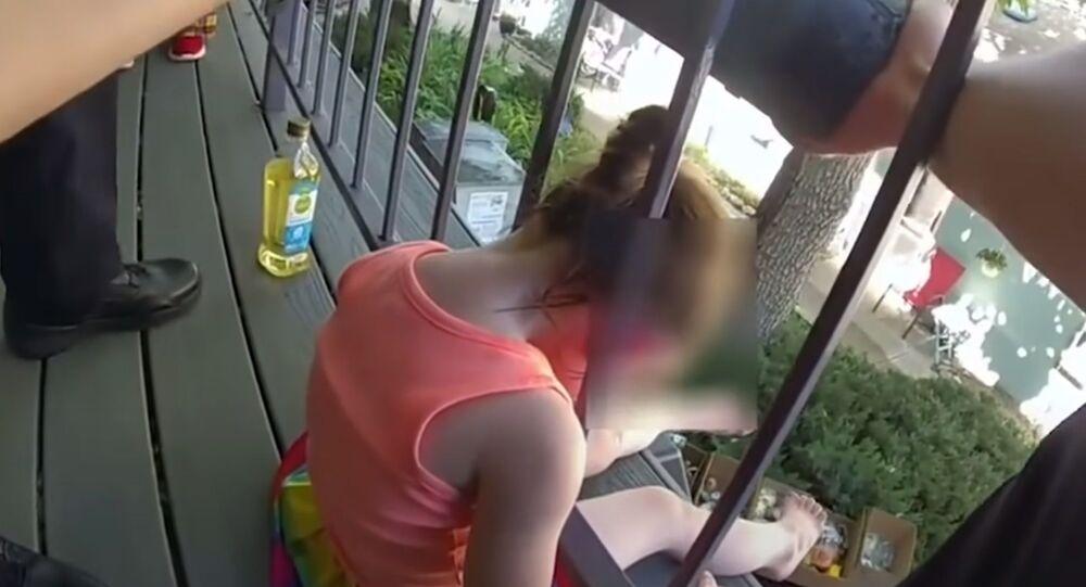 手すりに頭がすっぽり 警察官らが女児を救出