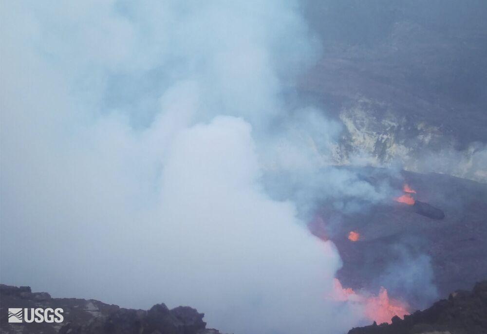 キラウエア火山のハレマウマウ火口から立ち上る煙