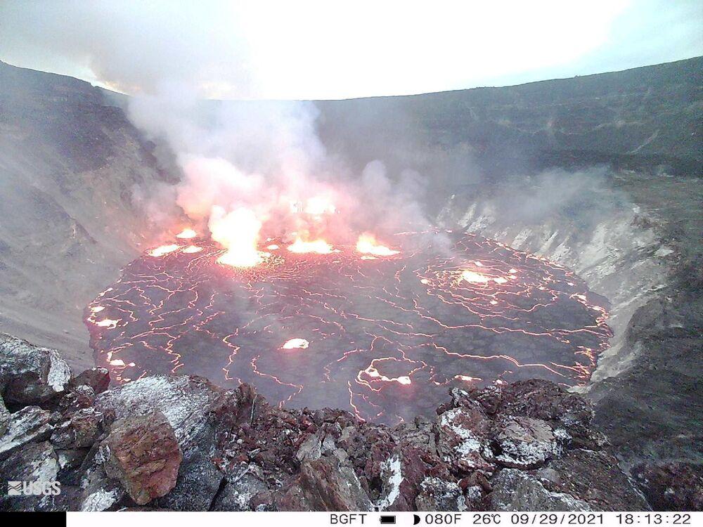 キラウエア火山のハレマウマウ火口から噴き出す溶岩