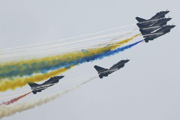 中国・広東省珠海市で開催された第13回中国国際航空宇宙展示会でパフォーマンスを披露する中国空軍の曲技飛行隊「八一飛行演技隊」 - Sputnik 日本