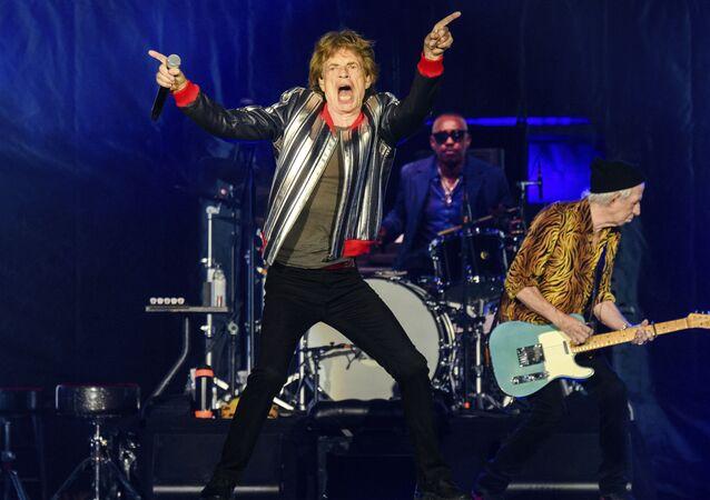米ミズーリ州セントルイスで、米ツアー「No Filter」の初日を迎え、演奏を披露するザ・ローリング・ストーンズ(The Rolling Stones )のメンバーら