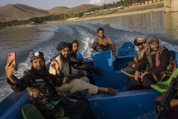 アフガニスタン・カブール近郊の湖でボートを楽しむタリバン(ロシアではテロ組織に認定、活動禁止)戦闘員 - Sputnik 日本
