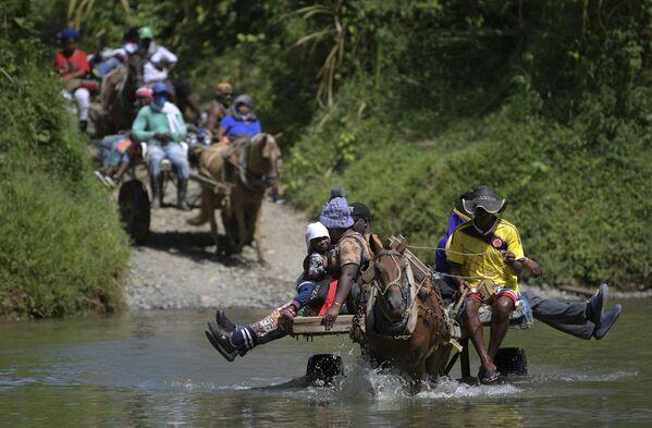 コロンビア・アカンディで川を馬に乗って渡るハイチの移民 - Sputnik 日本