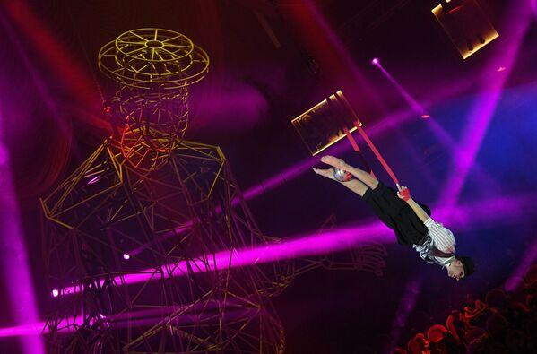 ロシア・サンクトペテルブルクで、ボリショイ・サンクトペテルブルク国立サーカスに出演する空中曲芸師 - Sputnik 日本