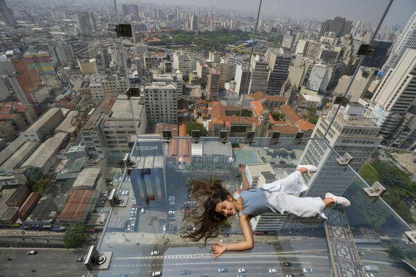 ブラジル・サンパウロのにある高層ビル「ルックアウトバレー(Mirante do Vale)」に設置されたガラス張りの展望台「Sampa Sky」に横たわる少女 - Sputnik 日本
