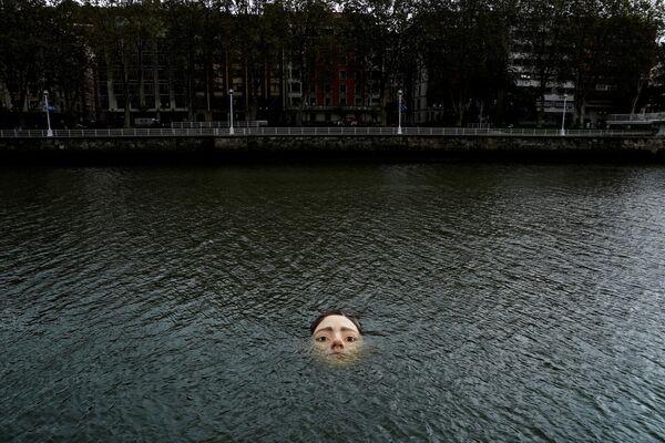 スペイン・ビルバオの川に設置された少女の彫刻「ビハール(バスク語で「明日」)」 - Sputnik 日本