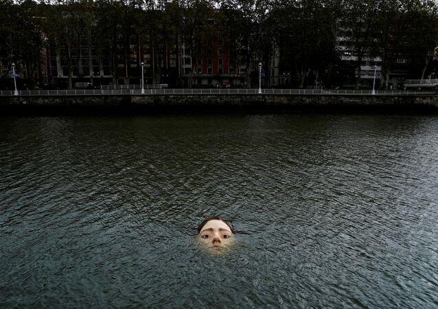 スペイン・ビルバオ市河川の「溺れる少女」プロジェクト主催者:私たちみんな、そして未来のため