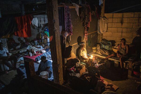 ハイチ・ポルトープランスで、ギャングによって家を失い避難所となった学校に暮らす人々 - Sputnik 日本