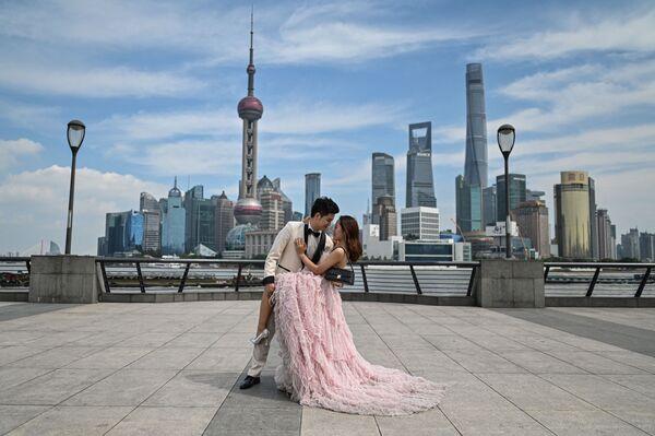 中国・上海の外灘でウェディング写真を撮影する夫婦 - Sputnik 日本