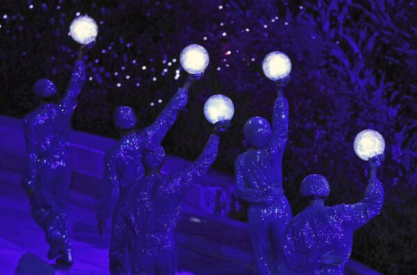 アラブ首長国連邦(UAE)・ドバイで開幕した万博のオープニングセレモニーでパフォーマンスを披露するアーティストら - Sputnik 日本