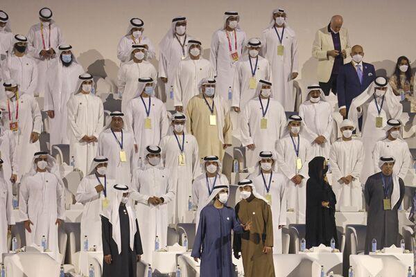 アラブ首長国連邦(UAE)・ドバイで開幕した万博のオープニングセレモニーに出席したムハンマド・ビン・ラーシド・アール・マクトゥーム副大統領兼首相(中央)とアブダビ首長国皇太子のムハンマド・ビン・ザーイド・アール・ナヒヤーン氏(右) - Sputnik 日本