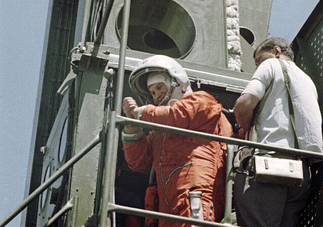 ソ連の宇宙船「ボストーク6号」に搭乗する世界初の女性宇宙飛行士、ワレンチナ・テレシコワ氏(1963年6月16日)