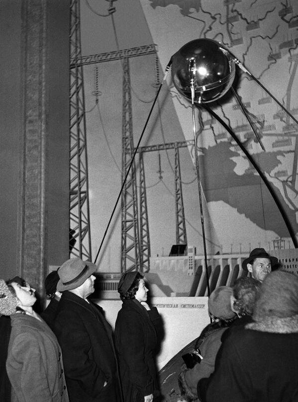 モスクワで世界初の人工衛星「スプートニク1号」の複製を見る人々。この日、ソ連はスプートニク1号の打ち上げに成功した(1957年10月4日) - Sputnik 日本
