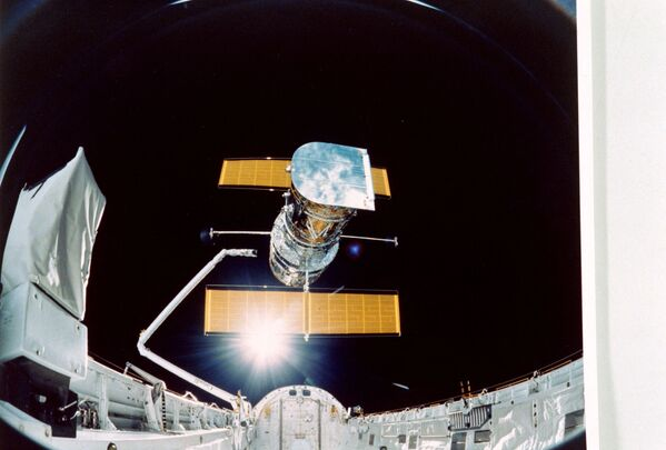 スペースシャトル・ディスカバリー号が見た、前日に打ち上げられたハッブル宇宙望遠鏡(1990年4月25日) - Sputnik 日本