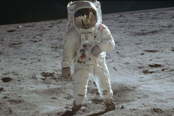 宇宙船「アポロ11号」の船外活動で、人類で初めて月面を歩くバズ・オルドリン宇宙飛行士(1969年7月20日) - Sputnik 日本