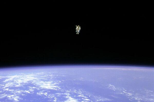 スペースシャトル・チャレンジャーの外で、人類初の命綱なしでの宇宙遊泳に成功したブルース・マッカンドレス宇宙飛行士(1984年2月12日) - Sputnik 日本
