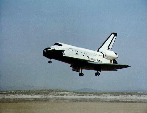 ミッション(STS-107)を終え米カリフォルニア州エドワーズ空軍基地に着陸するスペースシャトル・コロンビア(1981年4月14日)。宇宙に到達した最初のスペースシャトルとなった - Sputnik 日本