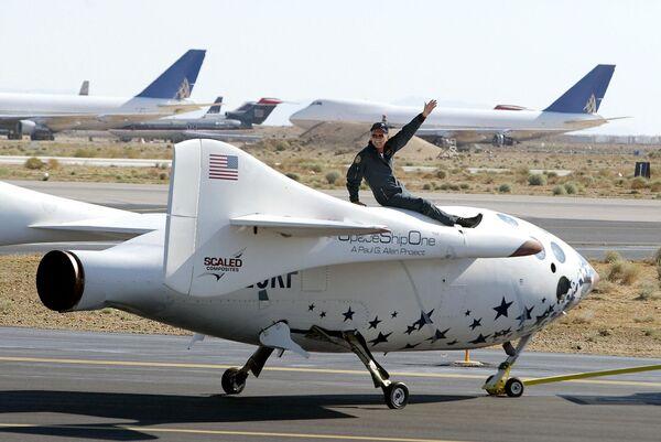 米カリフォルニア州のモハベ空港で有人宇宙船「スペースシップワン」に搭乗するマイクメル・ビル氏(2004年7月21日)。世界初の民間企業による有人宇宙飛行を成功させた - Sputnik 日本
