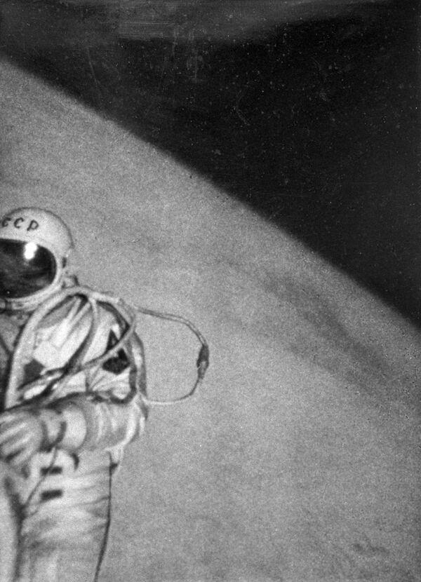 宇宙船「ボスホート2号」の外で、人類初の宇宙遊泳をするアレクセイ・レオーノフ宇宙飛行士(1965年3月18日) - Sputnik 日本