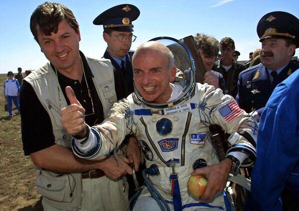 国際宇宙ステーションの短期滞在から地球へ帰還した米国の実業家、デニス・チトー氏(2001年5月6日)。世界で初めて自費で宇宙旅行をした人物に - Sputnik 日本