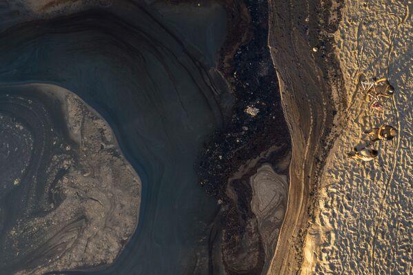 カリフォルニア州最大の川、サンタアナ川への原油流出を阻止するオイルフェンス - Sputnik 日本