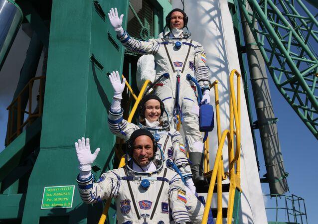史上初! プロ俳優の撮影班がISSに到着 宇宙船のドッキング無事成功