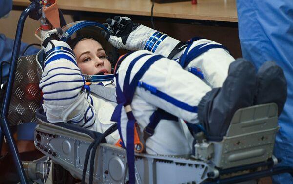 Член основного экипажа 66-й экспедиции на Международную космическую станцию актриса Юлия Пересильд во время облачения в скафандр перед стартом космического корабля Союз МС-19 на космодроме Байконур. Запуск пилотируемого корабля Союз МС-19 с членами экипажа МКС-66 запланирован на 5 октября 2021 года со стартового комплекса Восток №31 космодрома Байконур. Юлия Пересильд и Клим Шипенко отправляются на МКС для съемок художественного фильма Вызов. - Sputnik 日本