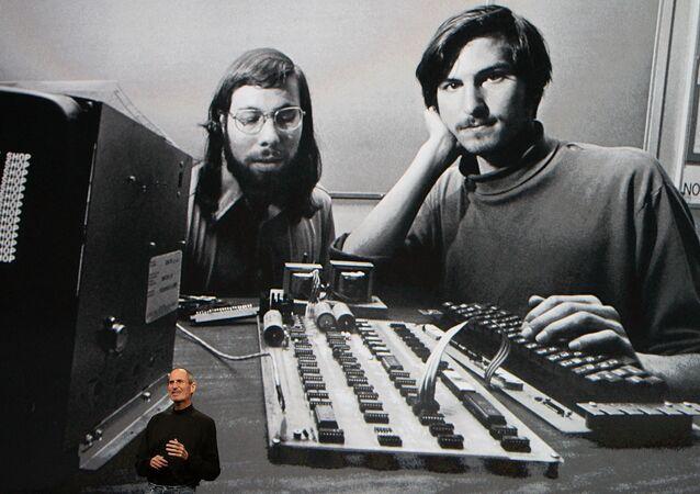 米カリフォルニア州サンフランシスコのヤーバ・ブエナ芸術センターで行われたAppleスペシャルイベントでスピーチをするスティーブ・ジョブズ氏(2010年1月27日)