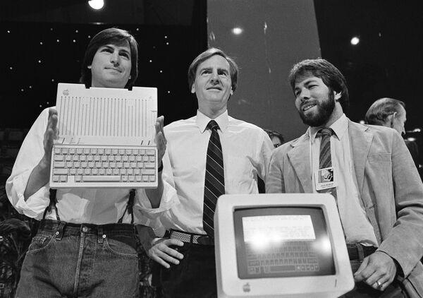 米カリフォルニア州サンフランシスコで新型パソコン「Apple IIc」を発表するアップル・コンピュータ社(現アップル)会長のスティーブ・ジョブズ氏(左)、社長兼CEOのジョン・スカリー氏(中央)、共同創業者のスティーブ・ウォズニアック氏(右)(1984年4月24日) - Sputnik 日本
