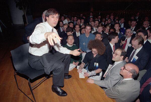 米ニューヨーク市のジャヴィッツ・センターで行われたUNIXエキスポで、ネッキスト社の社長として市民に講演を行うスティーブ・ジョブズ氏(1991年10月30日) - Sputnik 日本