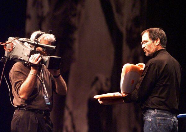 米ニューヨーク市で行われたMacworldエキスポで新型ノートパソコン「iBook」をカメラに見せるアップル・コンピュータ社(現アップル)のスティーブ・ジョブズ会長(1999年7月21日) - Sputnik 日本