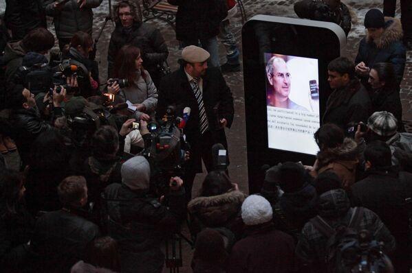 ロシア・サンクトペテルブルクの大学構内に設置されたiPhoneをかたどったスティーブ・ジョブズ氏の記念碑(2013年) - Sputnik 日本