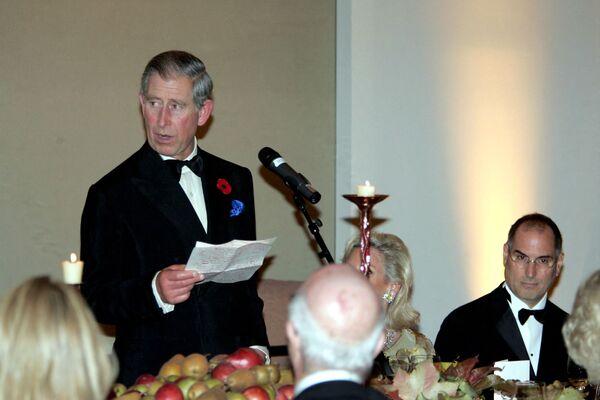 米カリフォルニア州サンフランシスコのデ・ヤング博物館で開催された夕食会でスピーチをするチャールズ皇太子とスティーブ・ジョブズ氏(2005年11月7日) - Sputnik 日本