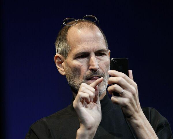 米カリフォルニア州サンフランシスコで開催されたアップル・ワールドワイド・デベロッパーズ・カンファレンスで、「iPhone4」を操作するアップル社CEOのスティーブ・ジョブズ氏(2010年6月7日) - Sputnik 日本