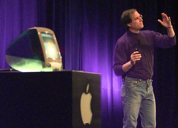 米カリフォルニア州クパチーノで新発売のコンピュータ「iMAC」を紹介するアップルコンピューター社(現アップル)会長のスティーブ・ジョブズ氏(1998年10月14日) - Sputnik 日本