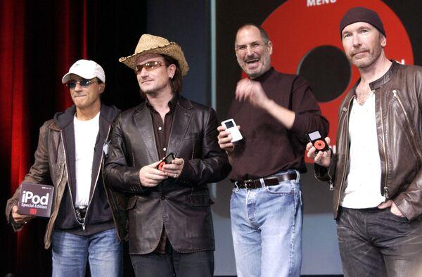 米カリフォルニア州サンノゼで行われたiPodの新作発表会で、並んでポーズをとる(左から)インタースコープ・レコーズで会長のジミー・アイオビン氏、ロックバンド「U2」のボノ氏、スティーブ・ジョブズ氏、ロックバンド「U2」のエッジ氏(2004年10月26日) - Sputnik 日本