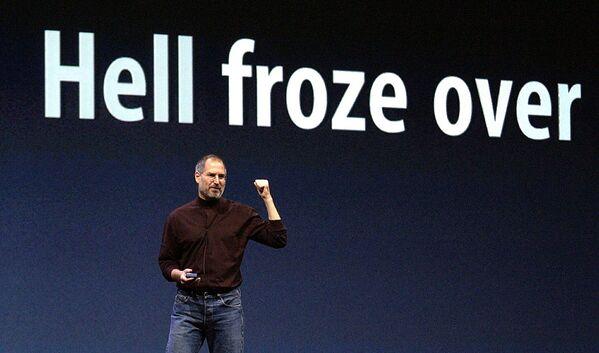 米カリフォルニア州サンフランシスコで行われたメディア向け発表会でオンラインミュージックストア「iTunes Music Store」のプレゼンを行うスティーブ・ジョブズ氏(2003年10月16日) - Sputnik 日本