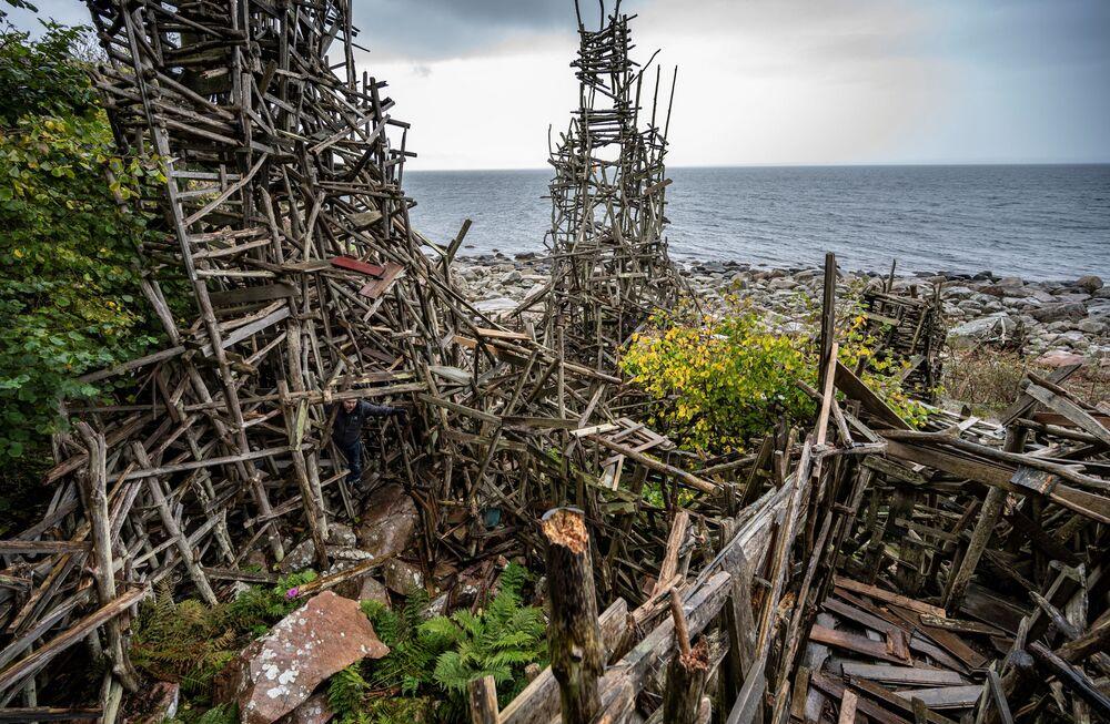 ラドニアのシンボル 芸術家のラルス・ヴィルクス氏が制作した木製の彫刻「Nimis」