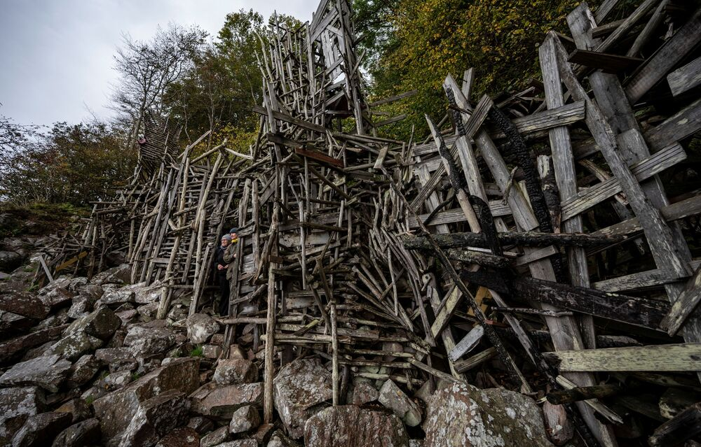 芸術家のラルス・ヴィルクス氏が制作した木製の彫刻「Nimis」