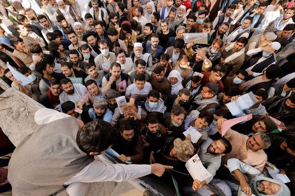 アフガニスタン・カブールで、パスポート発給のためパスポートセンターに集まった市民ら - Sputnik 日本