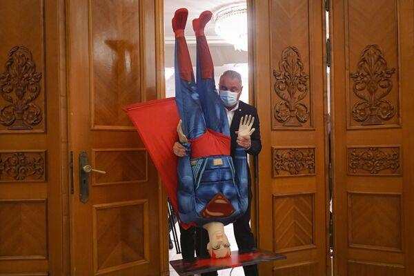 ルーマニア・ブカレストで、同国首相への不信任決議を前に本会議場にスーパーマンのマネキンを運ぶ男性 - Sputnik 日本
