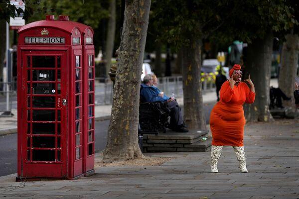 米ロンドンで、写真撮影のため電話ボックスの前でポーズをとるモデル - Sputnik 日本