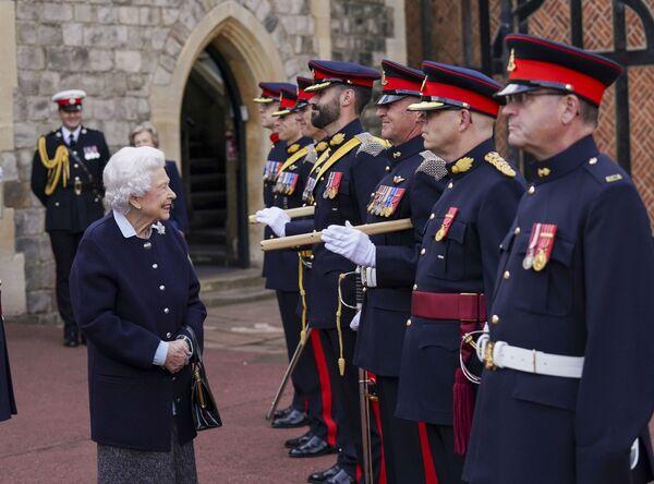 英ロンドンのウィンザー城で、カナダ王立砲兵連隊のメンバーと顔を合わせるエリザベス女王 - Sputnik 日本