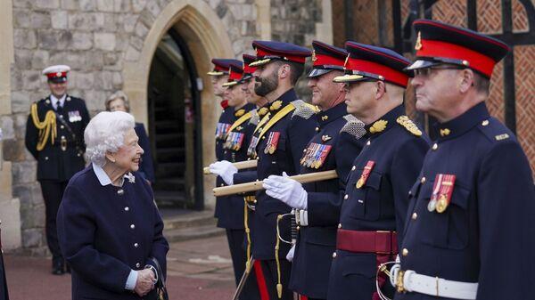 Британская королева Елизавета II встречается с членами Королевского артиллерийского полка Канады в Виндзорском замке - Sputnik 日本