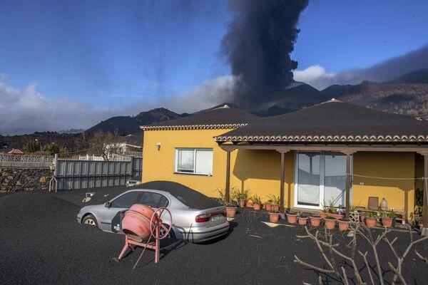 スペインのラ・パルマ島で、噴火を続けるクンブレビエハ火山の火山灰が降り注いだ民家 - Sputnik 日本